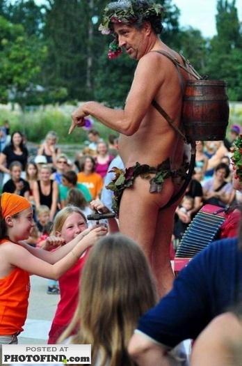 教育的に非常にまずい位置から子どもたちに水をあげる変なおじさんの写真(1)