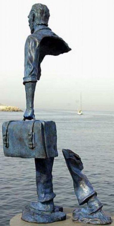 あれれ、どうなってるの!? 胴体がほぼないのに立ってる銅像の写真(2枚)